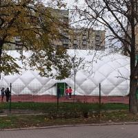 Budowa hali pneumatycznej nad boiskiem szkolnym w Warszawie przy ul. Keniga 20